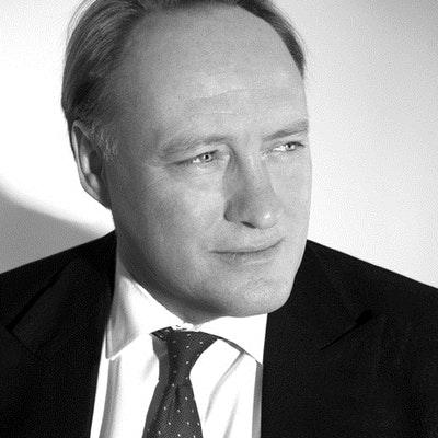 portrait photo of Andrew Roberts