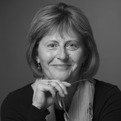 portrait photo of Lesley Kara