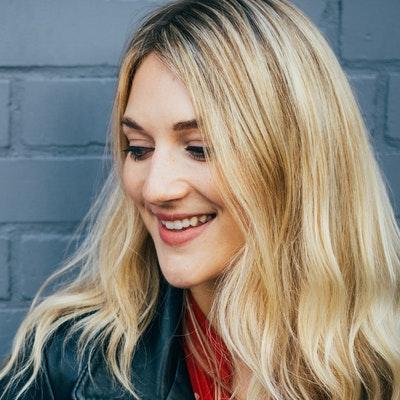 portrait photo of Lauren Bravo