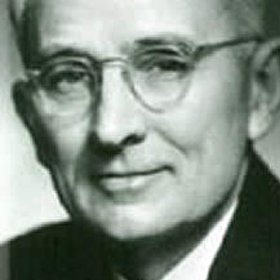 portrait photo of Dale Carnegie