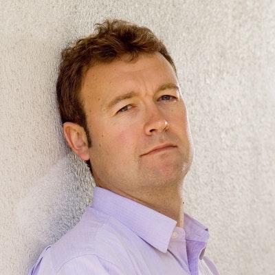 portrait photo of Simon Kernick