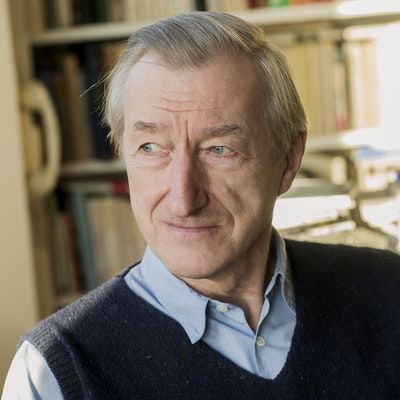 portrait photo of Julian Barnes