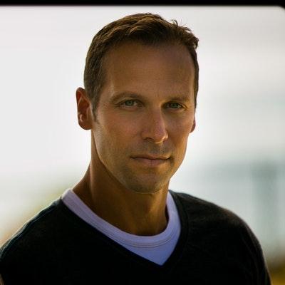portrait photo of Gregg Hurwitz