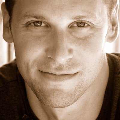 portrait photo of Gregg Hurwitz