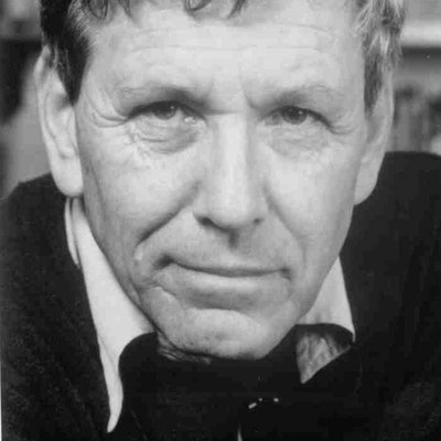 portrait photo of Amos Oz