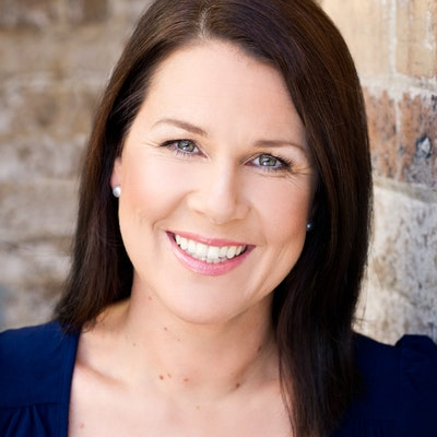 portrait photo of Julia Morris